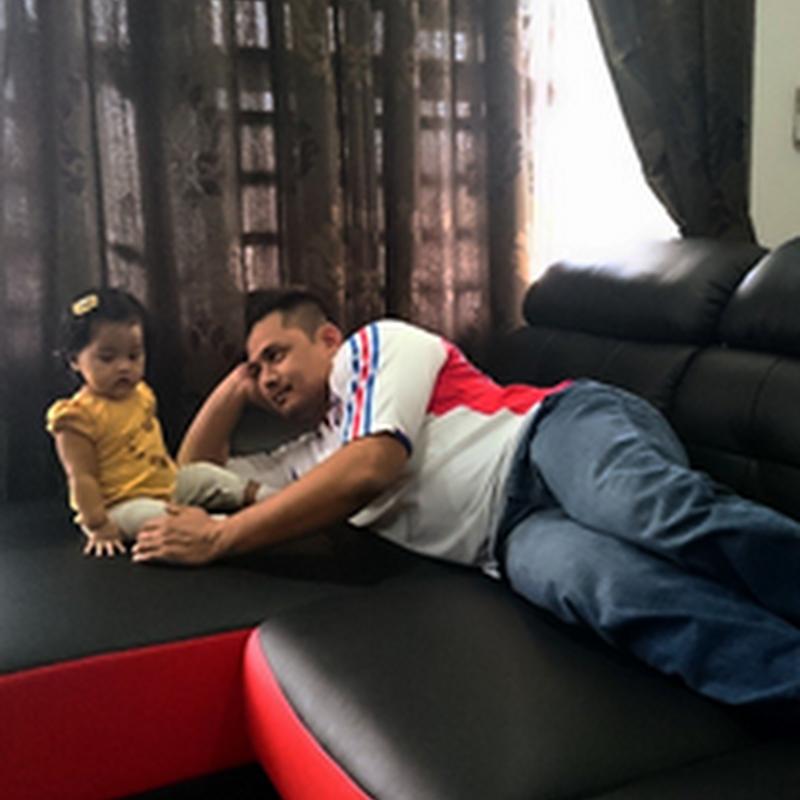 Bersantai di sofa baru !