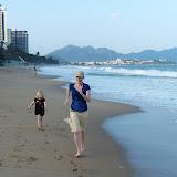 Sidsel og Silje løber om kap på stranden ved Nha Trang, 6 km lækker strand.