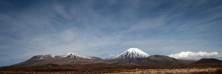 Mount Ngauruhoe (rechts) und Mt Tongariro (links).