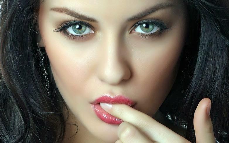 femeie frumoasa fermecatoare