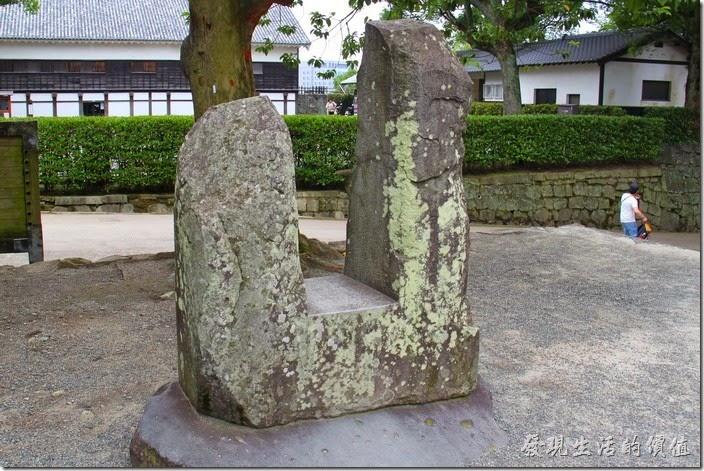 日本北九州-熊本城築城傳說中,最有名的故事是這塊「五郎的首掛石」。傳說,這塊凹字形的大石頭重約1800公斤,建築熊本城時幾個大男人合力搬也搬不動的重石,卻由一位名為「橫手五郎」的怪力男掛在脖子上,走了兩公里路程從花崗山搬運過來的。