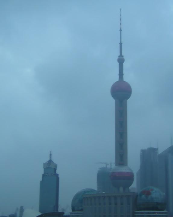 Shanghai Pearl Tower dans la brume