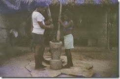 Meninas Pilando arroz