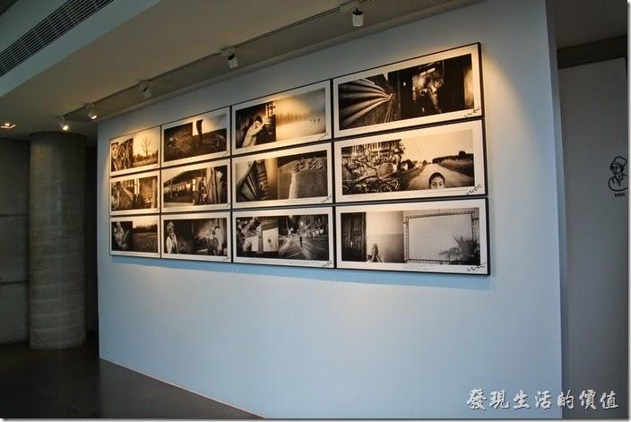 台南-白台南安平-白鷺灣 蜷尾家 經典冰淇淋的二樓以上有些展示空間,目前這裡的二樓有展出一些黑白照片。