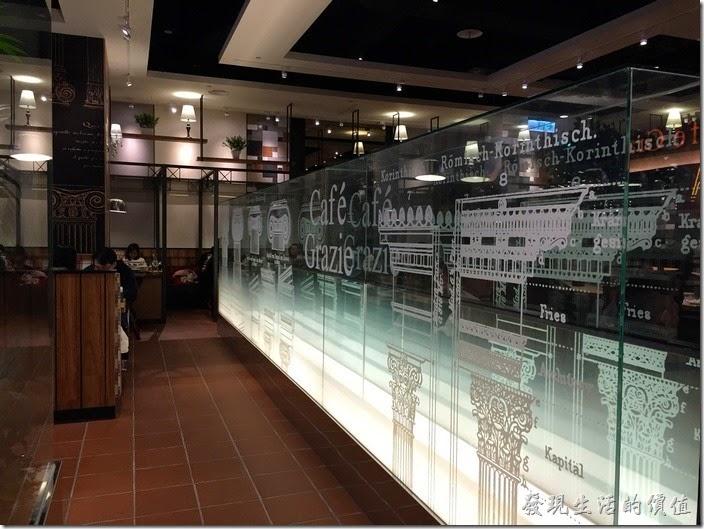 古拉爵南港中信店的中間有一道透明的屏風。