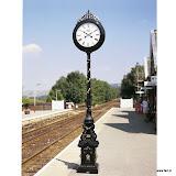 Bogato zdobiony zegar dekoracyjny na słupku. Aluminium.