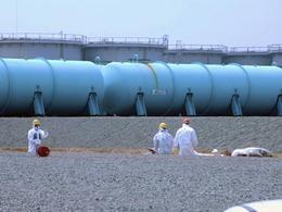 Trabalhadores observam sistema de resfriamento de um reator da usina de Fukushima durante inspeção da AIEA