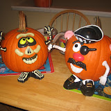 Decorating pumpkins 10-24-11 (4).JPG