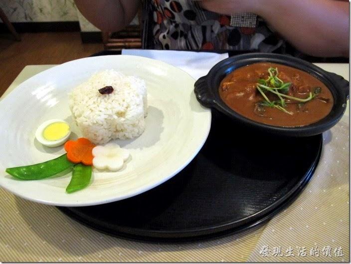 台南-洋蔥咖哩工房。椰汁雞肉咖哩飯,套餐NT270,單點外帶NT160。簡單樸實的擺盤還蠻漂亮的,似乎很多較高級的咖哩飯都會把咖理與米飯分開,要加多少咖哩可以自己調整。