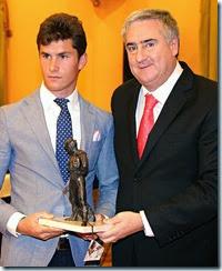 Daniel Luque recibe de manos del alcalde, José Lozano, uno de los trofeos de la