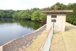 斜樋式取水設備・建屋を望む