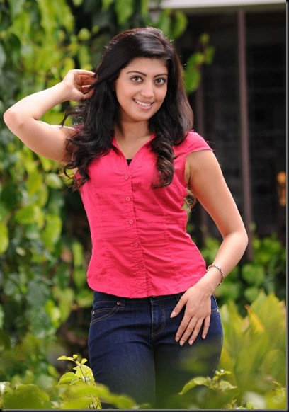 Karthi praneetha Saguni movie stills 24