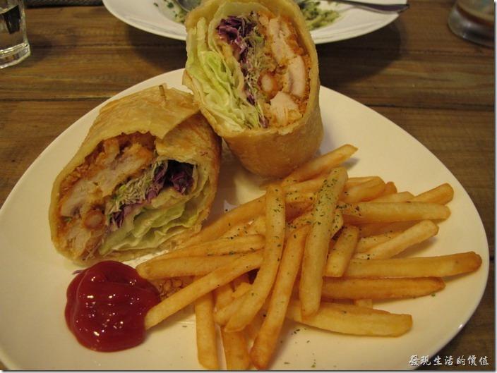 台南-D.D.HOUSE義大利麵。咖啦辣雞卷餅,NT90。還有附薯條耶!雖然比不上肯德雞的卡啦雞,但至少它的辣雞肉與生菜及卷餅的味道配合得很恰當,這是唯一值得安慰的。
