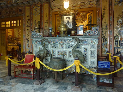 Inside the palace is liberally sprinkled with motifs, ceramic decoration, gold edging, pictures.