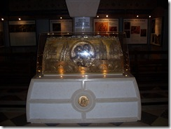 2012.07.26-025 reliquaire des Martin dans la crypte