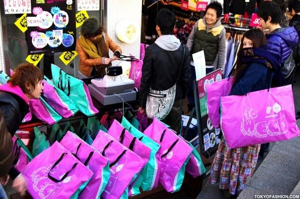 Liquidação Sacolas da Sorte no Japão: Compre sem saber o que está levando. Foto: TokyoFashion