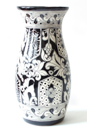 A Mexican vase makes just as strong a statement alone as it does filled with flowers. (emiliaceramics.com)