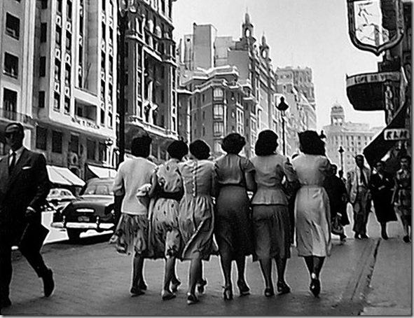 señoras paseando por la Gran Via
