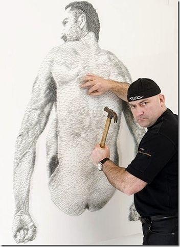 """看我把你釘在牆壁上,一位藝術家用了五萬顆釘在一片白色的木板上 """"畫""""出這福圖畫。"""
