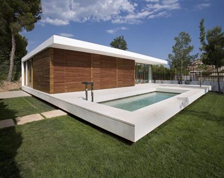 Casa de estilo minimalista con piscina en espa a arquitexs for Casa minimalista con alberca