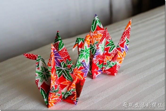 南投日月潭-雲品酒店。房間的床舖上放了兩隻折好的彩色紙鶴,不過好像折得有點醜!