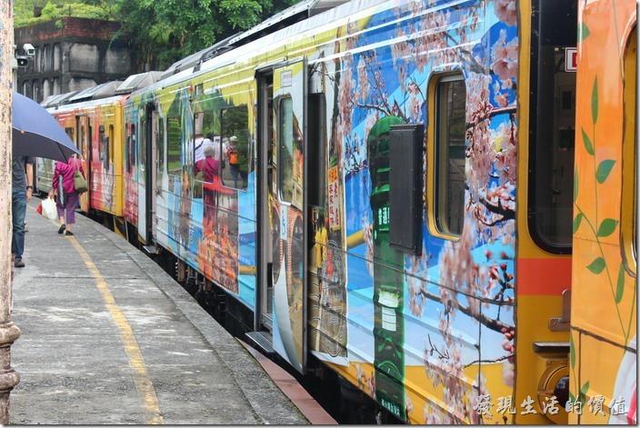往平溪的火車來了,是彩畫車耶!台鐵現在很喜歡在其支線的火車上彩繪地方特色圖案,值得鼓勵。