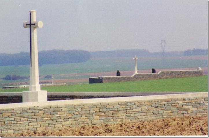 Au pied de la butte de Touvent 3 cimetires (2 britanniques au premier plan et 1 franais plus loin  gauche) rappellent la violence des combats