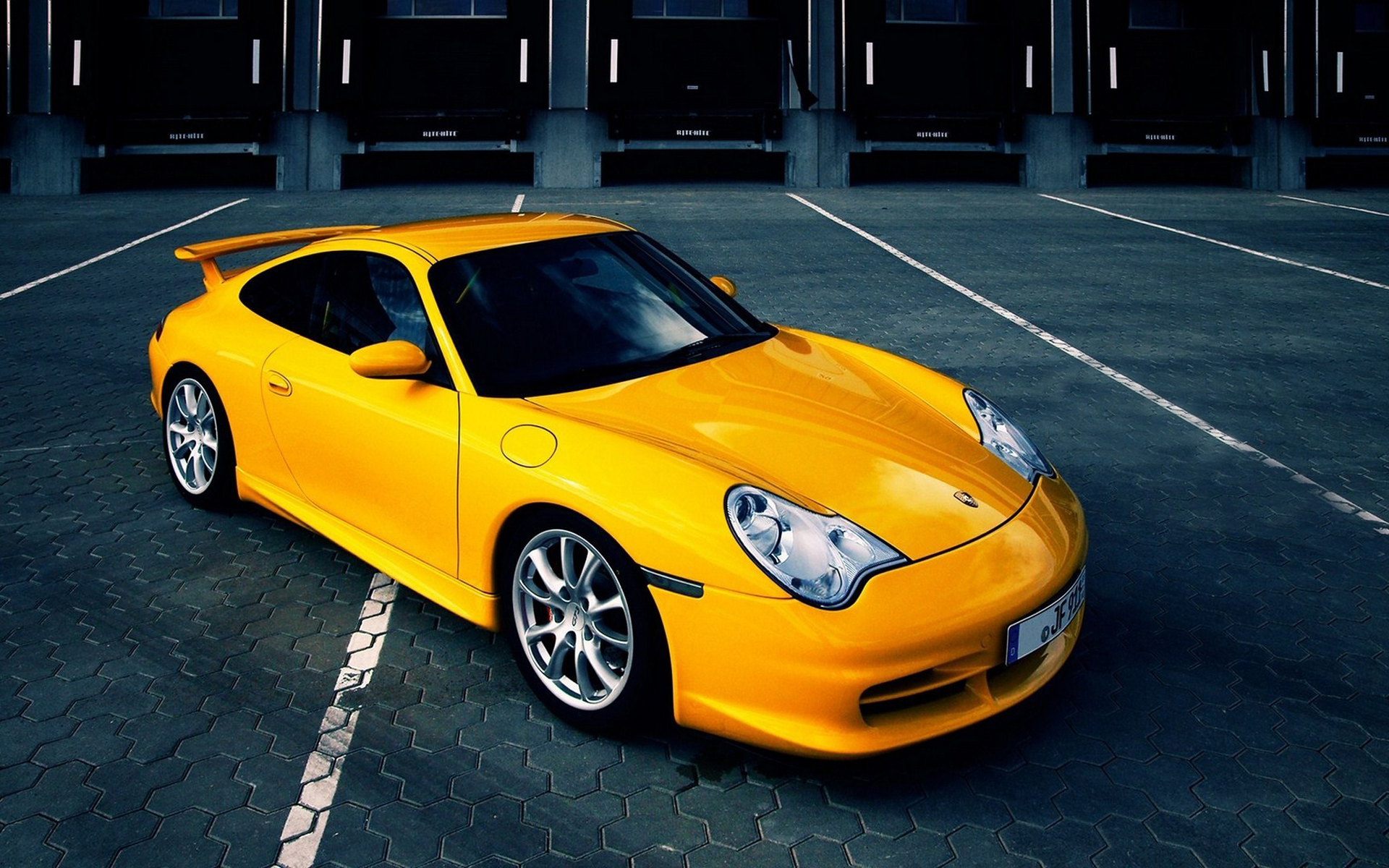 hd-auto-achtergrond-met-een-gele-sportwa