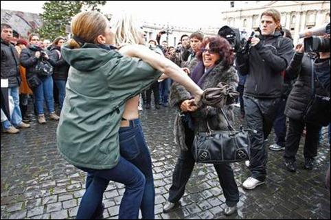 protesto Femen no Vaticano 02