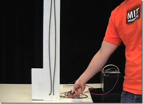 Corrente elettrica tra due fili