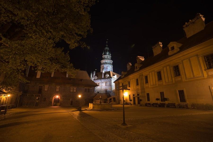 Замковая башня при  свете фонарей