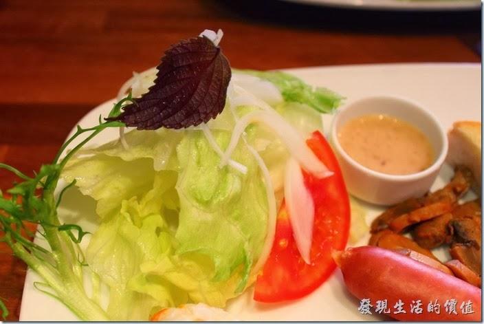 台南-PianoPiano。這生菜沙拉真的有點少的可憐,上面放了一塊紫蘇,旁邊的醬料是芝麻醬。