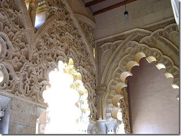 800px-Arquería_pórtico_sur_(La_Aljaferia,_Zaragoza)