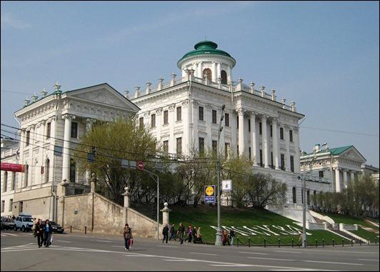 Дом Пашкова - одно из самых знаменитых классицистических зданий Москвы, принадлежащее Российской государственной...