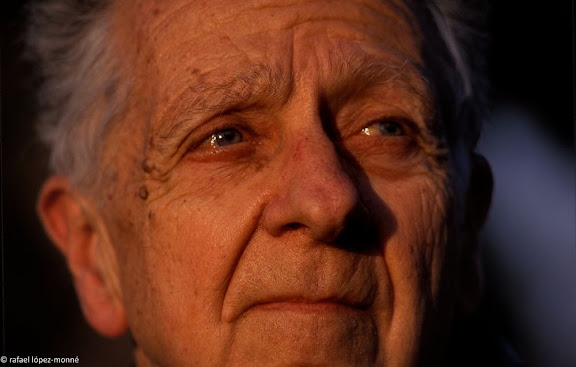 Enric Aguade i Sans (Reus, 1920). Lleva del bibero,metge i excursionista, introductor dels GR a Catalunya i Espanya. Fotografiat a casa sevaReus, Baix Camp, Tarragona1999.02.16