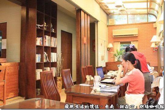 台南甜在心烘培咖啡館,咖啡館內的採光也很好,光線充足,因為這裡供應無線網路,所以你會看到很多人都在用筆電。