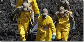 bombeiros-carregam-o-corpo-de-mais-uma-vitima-do-desabamento-no-morro-do-bumba-em-niteroi-rj-1271004180245_615x300