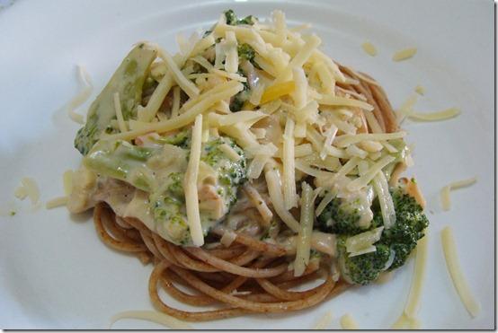 espaguete-integral-com-brócolis-e-requeijão-01