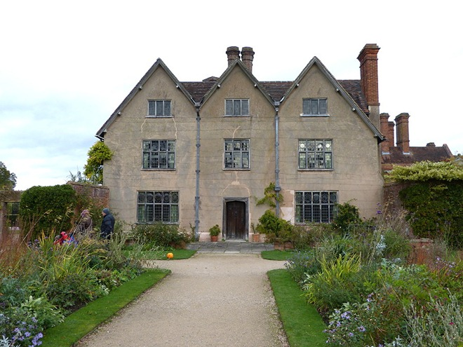 В саду Packwood House