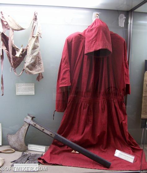 Capa-hacha-y-ornamentos-como-verdugo-del-Mastro-Titta-exhibidos-en-el-Museo-Criminologico-de-Roma-diceche.blogspot