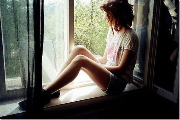 Lindas imagens de garotas olhando para fora da janela (23)