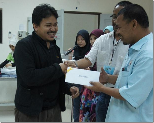 Ahmad Fadzil Nayan, MAS, receiving his first prize.