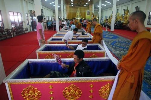 Tailandeses fazem fila para poder deitar em caixão 1