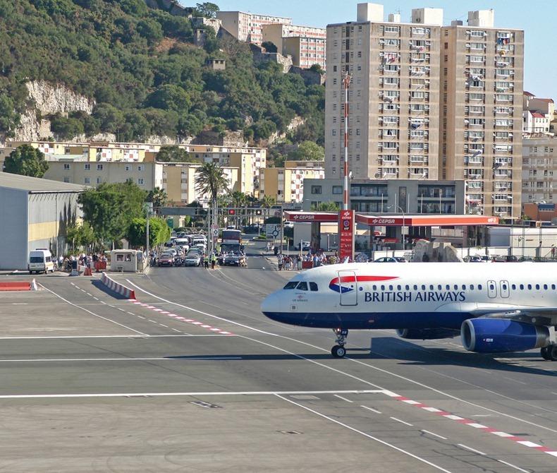 اغرب مطار العالم مدرجه يتقاطع gibraltar-airport-12