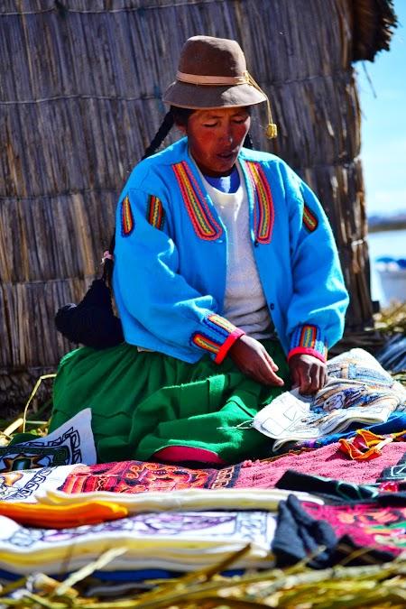 Vanzatoare suveniruri pe insulele plutitoare Uros pe lacul Titicaca