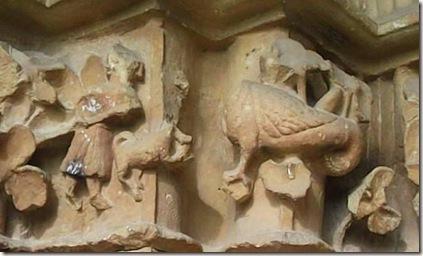 Hombre con perro y pájaro monstruo