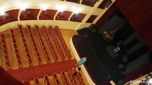 Το θέατρο Απόλλων. Θέα από εξώστη