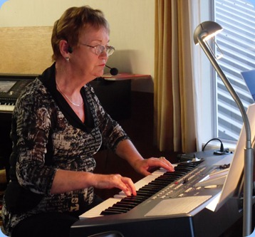 Diane Lyons played her Korg Pa500 and sang some verses as well! This was Diane's debut at the Club and what a great start to her Club 'Career'.