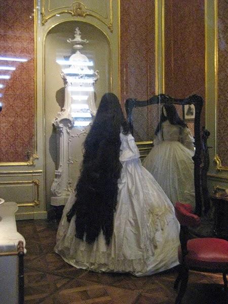 Maniquí en el Palacio de Hofburg, que representa a Sissi y su largo cabello.