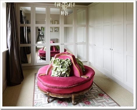 vestidor con sofa redondo tapizado fucsia